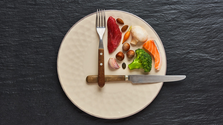Food on a clock face to visualize fasting