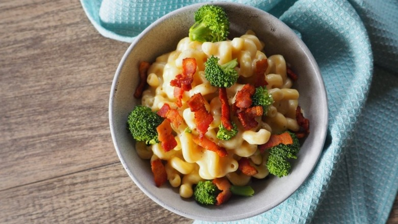 Copy Panera mac and cheese with broccoli and bacon in white bowl