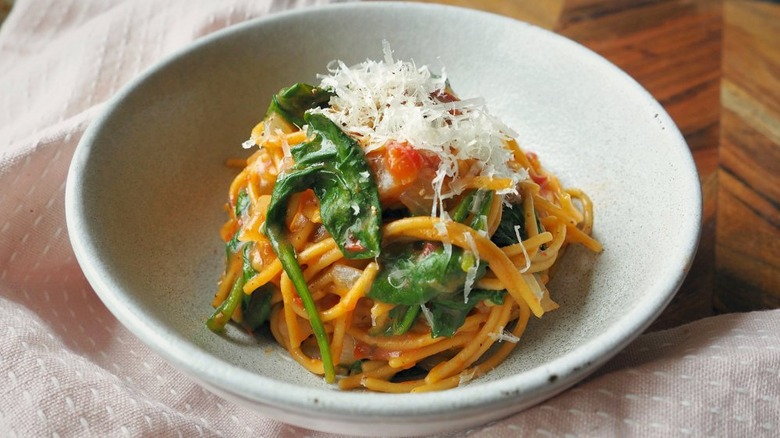 One-pot pasta recipe with spinach and tomatoes
