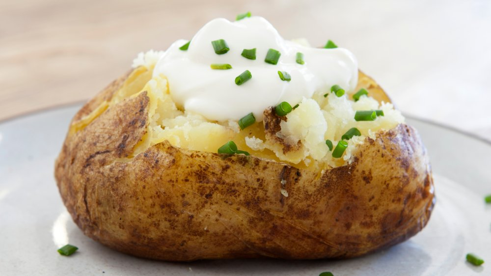 Baked potato with sour cream and chives