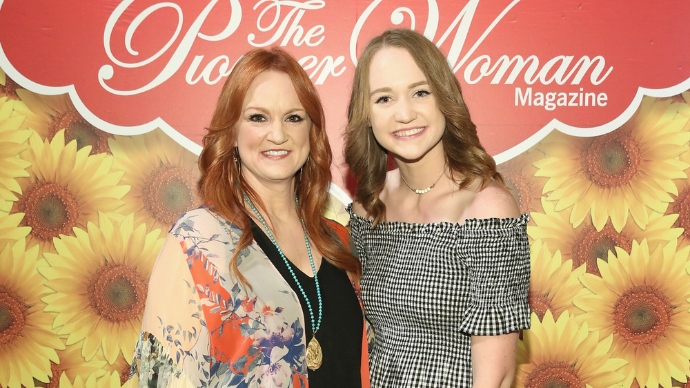 Ree Drummond posing with her daughter, Paige